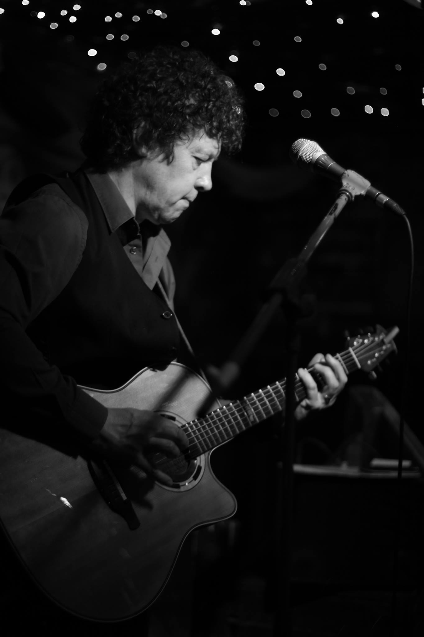 Zanger gitarist Ben Blue solo. live muziek huren voor een juileum? Wij hebben een zanger gitarist, akoestisch duo, een feestband, jazz combo en een bluesrock powertrio