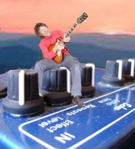 Zanger gitarist Ben Blue op een Delay pedaal. Live muziek zonder vertraging huur je bij Ben's Bookings.