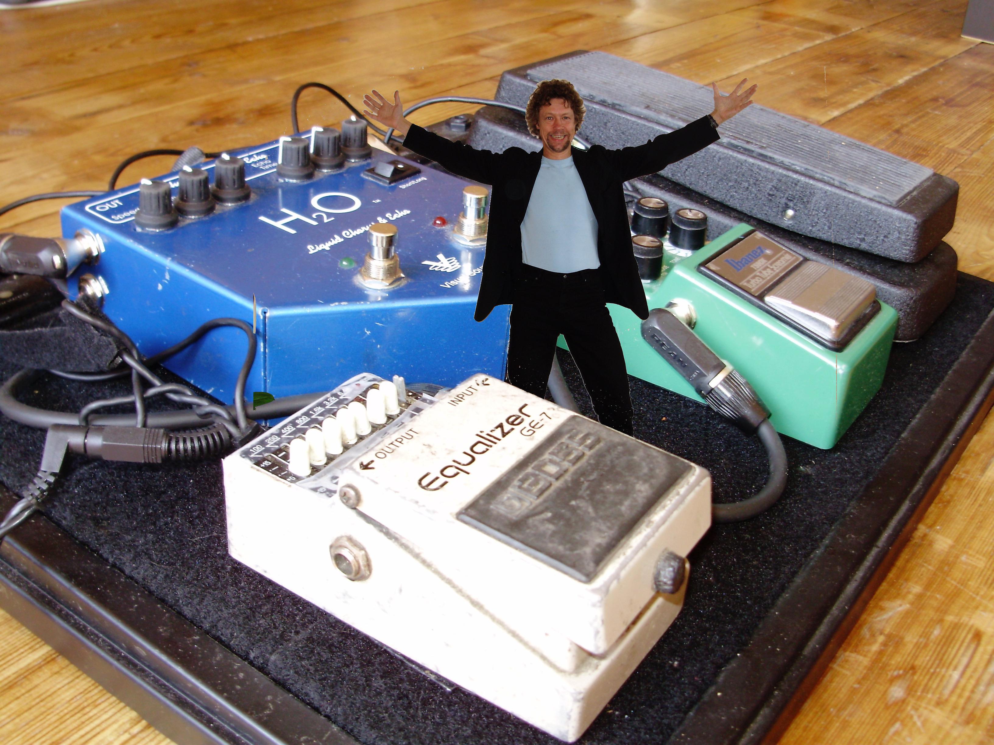 Zanger gitarist Ben Blue neemt wat effectpedalen mee zodat hij kan rocken als een one man band.