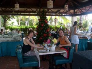 Akoestisch duo Big Bucks & Easy Money bij de kerstboom op Bonaire. live muziek gezocht? Akoestische covers van het Rotterdamse duo voor elke gelegenheid. Zelfs kerst in de Tropen.