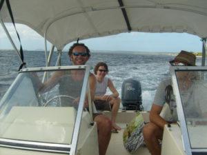 Big Bucks & Easy Money op een speedboat. Live muziek op een boot? Huur het beste akoestische duo bij Ben's Bookings.