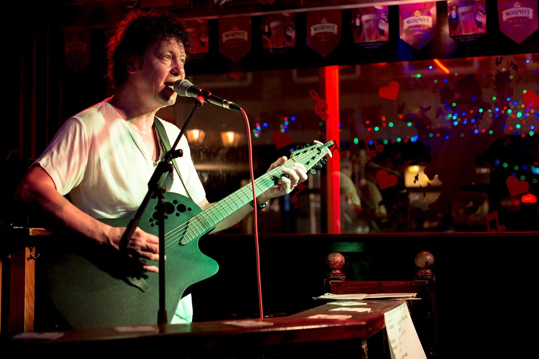 Gitarist zanger Ben Blue solo. Akoestische covers van zanger gitarist Ben Blue. live muziek boeken? De beste live muziek voor elk feest huren bij Ben's Bookings.