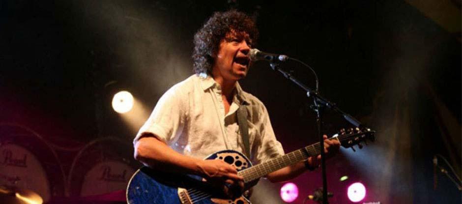 Zanger gitarist Ben Blue solo, Akoestische pop en rock covers van gitarist zanger Ben Blue. Een zanger voor je feest boeken? Kom naar Ben's Bookings.