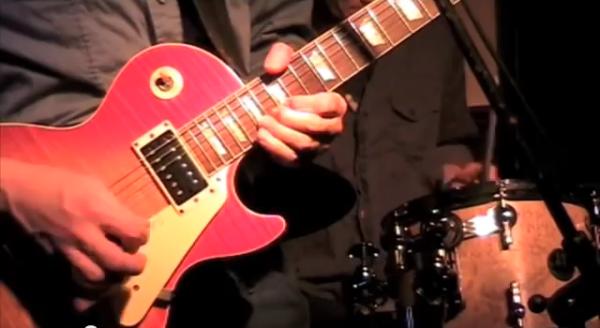 Les Paul gitaar bij Hurricane Bob. Hurricane Bob: Ben Blue doet Jimi Hendrix na maar Arie Verhaar steelt de show met zijn magnifieke drumsolo.