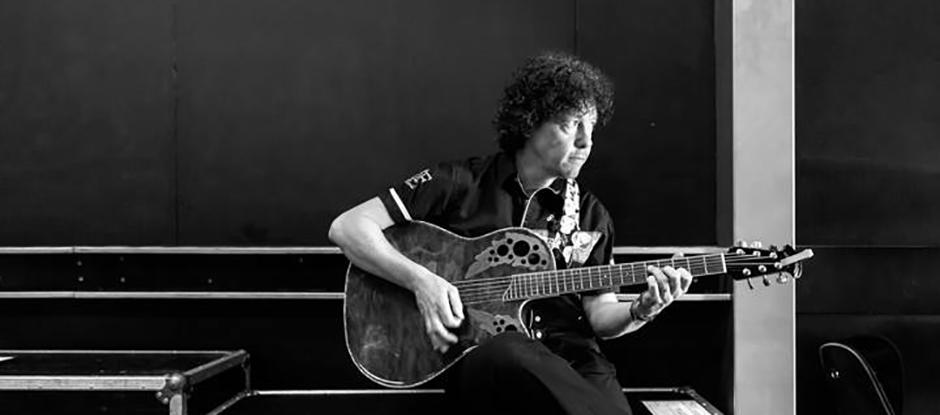 Zanger gitarist Ben Blue solo. Gitarist zanger voor elk feest. Live muziek kun je huren bij Ben's Bookings.