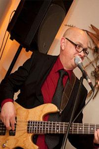 Zanger bassist Eddy de Jong van The Ben Blue Acoustic Trio Band gezocht voor ahtergrondmuziek? huur hier een rustige band voor receptie of diner dansant.