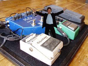 Zanger gitarist gezocht die rockt? Ben Blue is de one man rockband voor je feest of muziekcafé. Huur bij ons live muziek