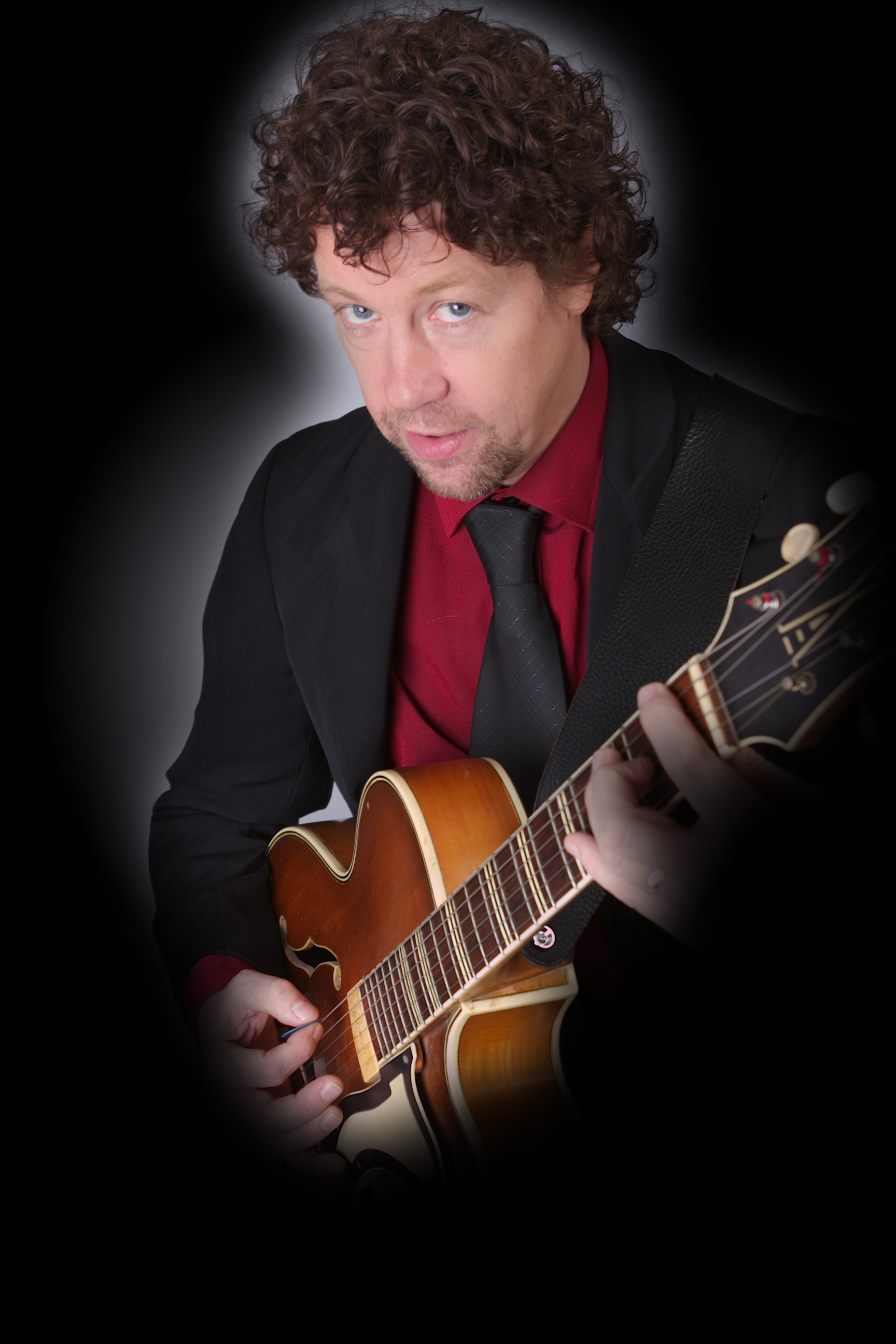 Ben Blue, gitarist zanger bij Madame Jeanette & the Peppers Jazz, lounge en easy listening. band boeken? Madame Jeanette & the Peppers spelen covers van Ella Fitzgerald, Billie Holyday, Crosby Stiils Nash & Young, Frank Sinatra, The Eagles e.v.a.