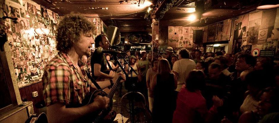 De akoestische muzikanten in Het Barbiertje. Popduo voor een feest gezocht? Boek Big & Easy bij Ben's Bookings.
