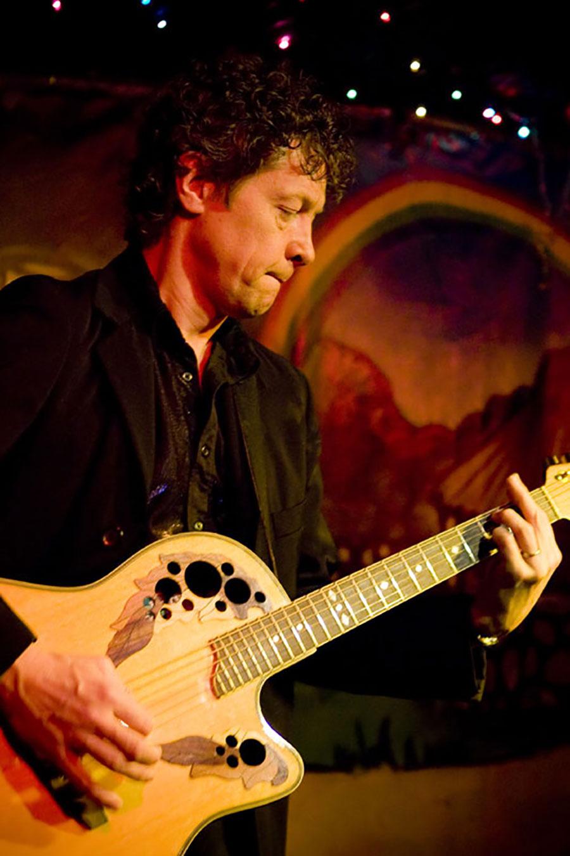 Zanger gitarist Ben Blue solo in Paddy Murphy's Irish pub in Rotterdam. Zanger huren voor feestje? Gitarist boeken voor een receptie? Bel Ben Blue bij Ben's Bookings