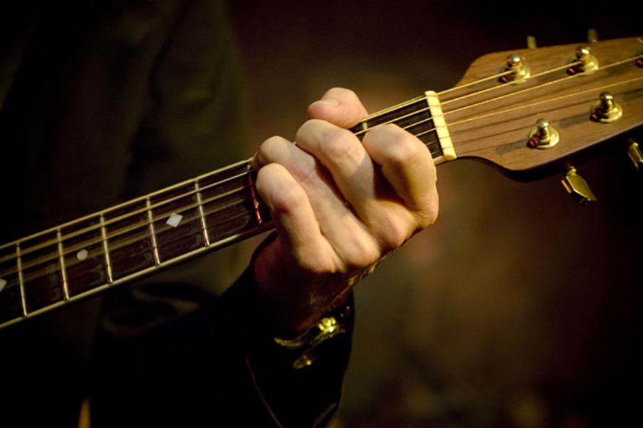 Gitaarhals van Ben Blue. Gitarist gevraagd of zanger gezocht? Huur een band en boek live muziek bij Ben's Bookings.