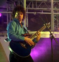 Gitarist zanger Ben Blue op Paaspop. Muziek gezocht voor een feestje? Huur een band of boek muziek bij Ben's Bookings.