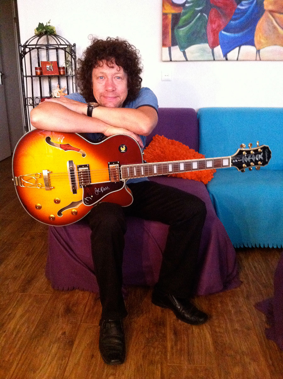 Zanger gitarist Ben Blue solo. Jazz, easy listening en lounge van Madame Jeanette & the Peppers met zanger gitarist Ben Blue.