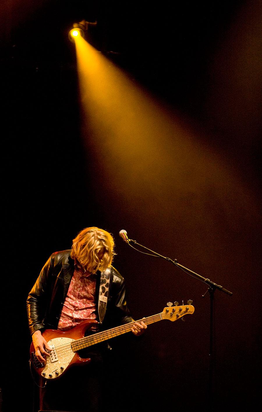 Ocki Klootwijk basgitaar. Hurricane Bob is de bluesband met Ben Blaauw, Ocki Klootwijk en Arie Verhaar.