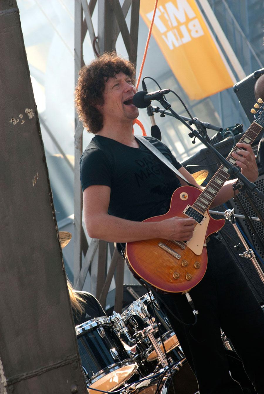 Zanger gitarist Ben Blaauw speelt blues en Rock met powertrio Hurricane Bob. Te boeken bij Ben's Bookings.