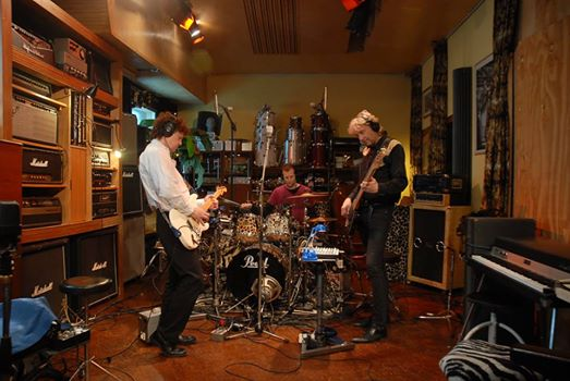 Rockband in de studio. live muziek gezocht voor braderie? Blues en rock van Hurricane Bob. Powertrio voor kroeg en bluesfestival. Met Ben Blaauw, Ocki Klootwijk en Arie Verhaar.