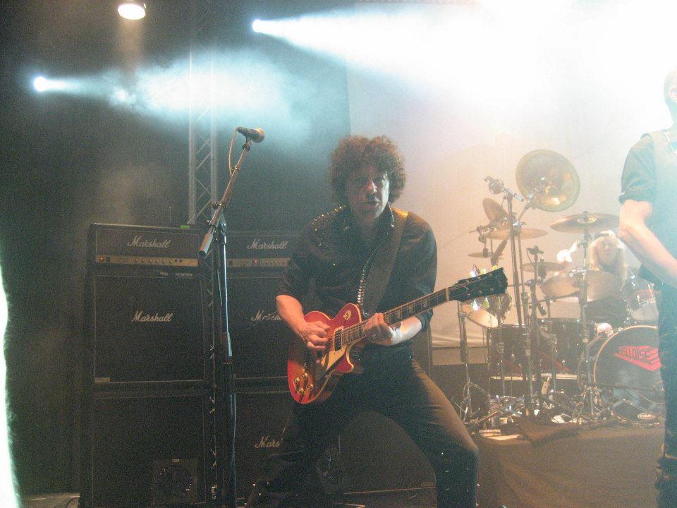 Zanger gitarist Ben Blue speelt meestal akoestische covers, maar soms mag hij heel even electrisch tekeer gaan.