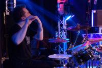 Drummer Joeri Rook van K'BAM! live muziek gezocht voor braderie? Live band K'BAM met pop en rock covers voor een topfeest.