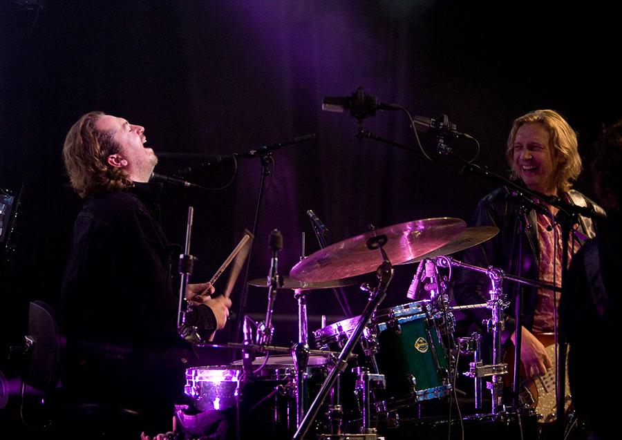 Drummer Joeri Rook en bassist Ocki Klootwijk bij K'BAM! Boek een goede band voor uw jubileum of tuinfeest.