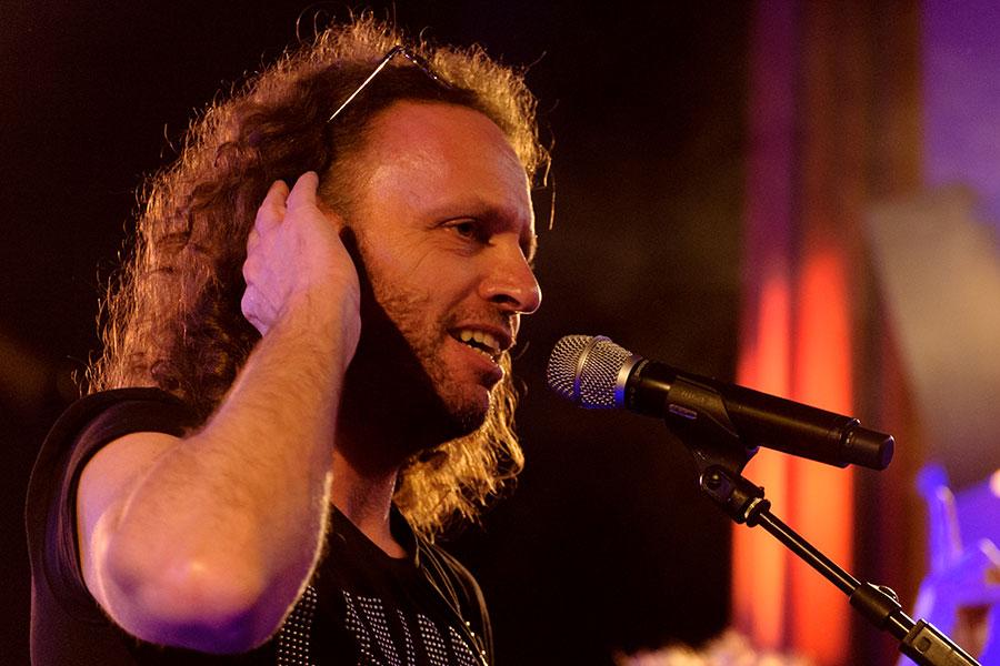 zanger gitarist Anton Arema bij K'BAM! live muziek voor feestje? Ben's Bookings heeft een band.
