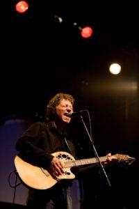 Gitarist zanger Ben Blue bij K'BAM! live muziek gezocht voor braderie? Ben's Bookings heeft live muziek voor je feest, bruiloft, café, receptie of ander evenement.