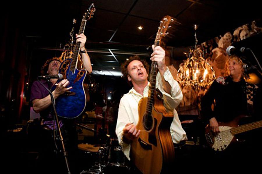Ben Blue en Anton Arema bij K'BAM! de akoestische rockband. bandje huren voor een tuinfeest? Leuke live muziek voor elk feest bij Ben's Bookings.