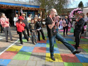 Line dansers in de speeltuin. live muziek huren? Ben's Bookings!