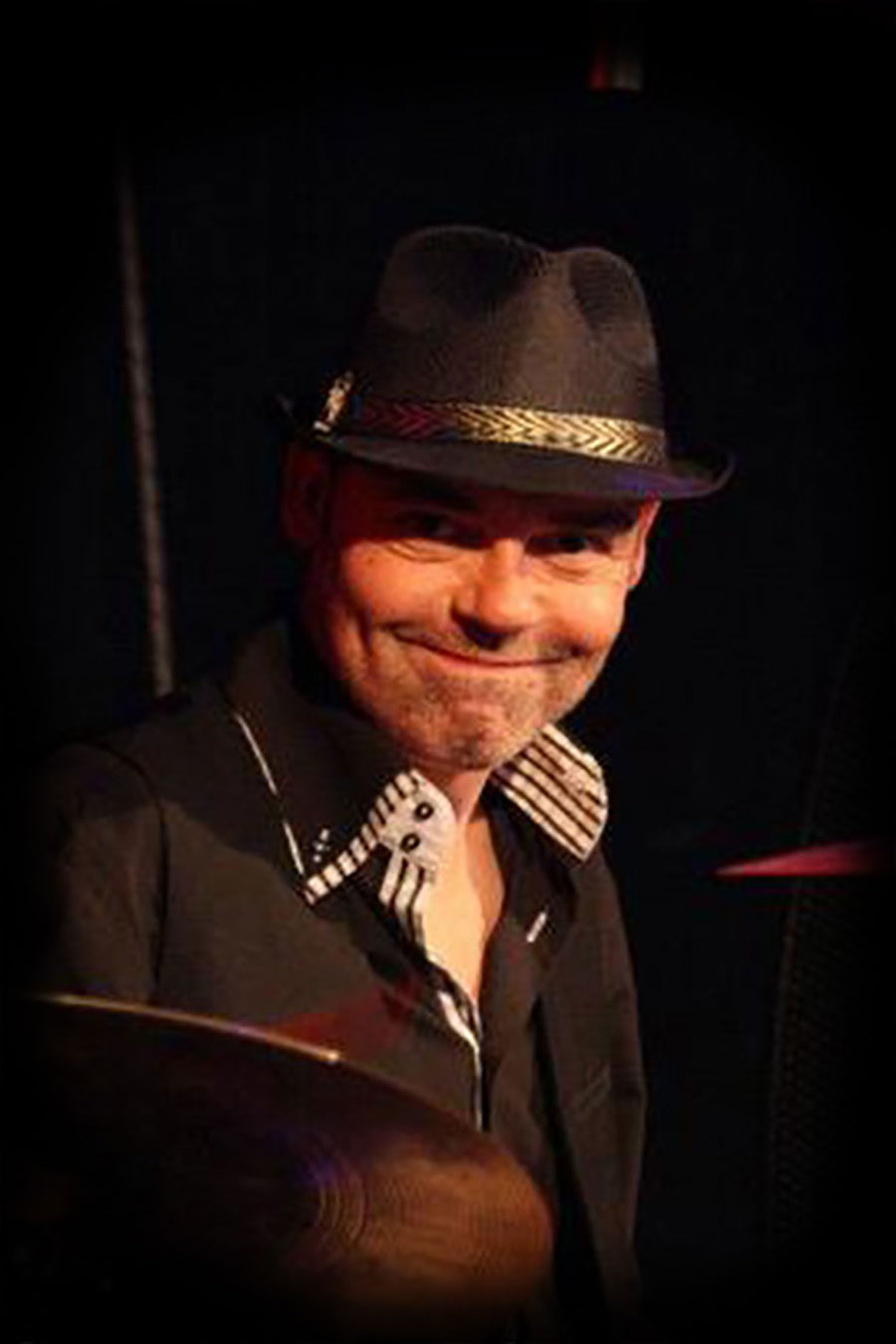 Drummer Onno Roell bij Madame Jeanette & the Peppers. Dit jazz, easy listening, lounge en close harmony combo is te boeken bij Ben's Bookings.