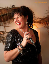 Onze leading lady Madame Jeanette. band gezocht voor tuinfeest? Dit jazz, easy listening, lounge en close harmony combo is te boeken bij Ben's Bookings.