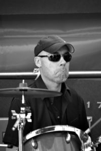 Drummer Onno Roell. Dit jazz, easy listening, lounge en close harmony combo is te boeken bij Ben's Bookings.