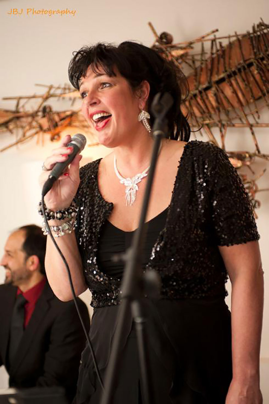 Madame Jeanette, jazz zangeres. Dit jazz, easy listening, lounge en close harmony combo is te boeken bij Ben's Bookings.