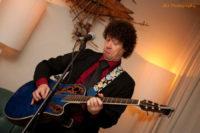 Gitarist zanger Ben Blue bij Madame Jeanette & the Peppers. live muziek huren voor een juileum? Boek dit jazz, easy listening, lounge en close harmony combo bij Ben's Bookings.
