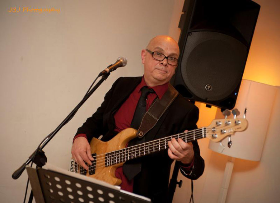 Ed de Jong zingt en speelt bas bij Madame Jeanette & the Peppers. Boek dit jazz, easy listening, lounge en close harmony combo bij Ben's Bookings.