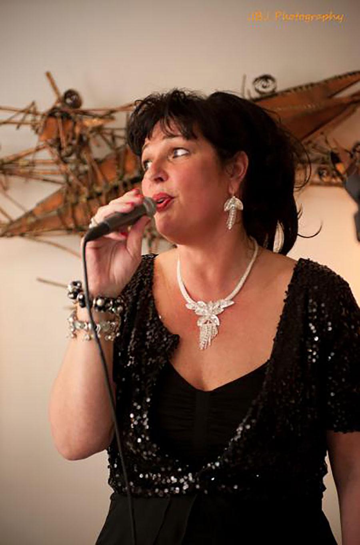 Jazz zangeres Madame Jeanette. Rustige, nette achtergrondmuziek voor uw receptie huren. Madame Jeanette & the Peppers, jazz, lounge, easy listening en close harmony.