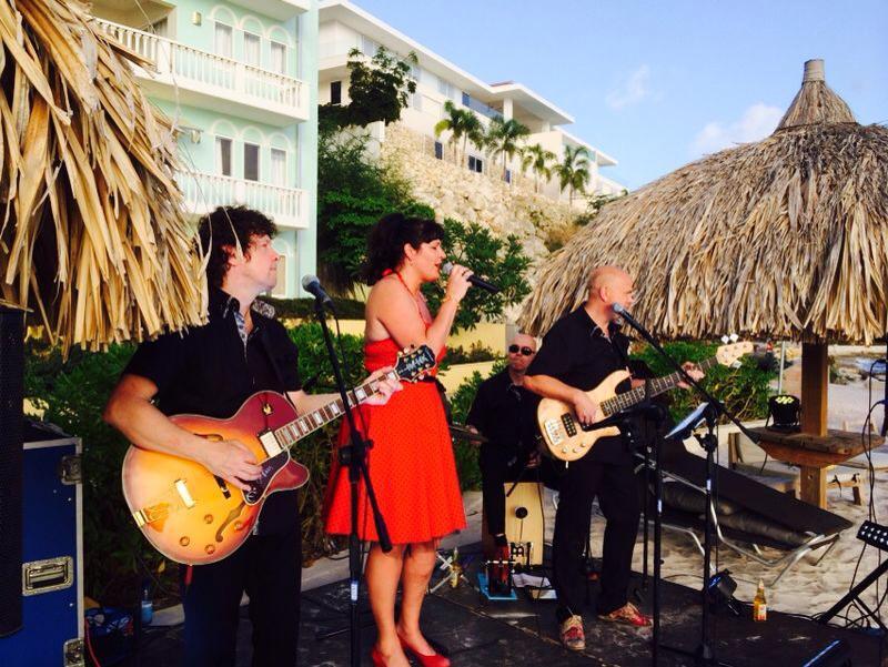 Madame Jeanette & the Peppers op Curacao. bandje huren voor een tuinfeest? Wij hebben een zanger gitarist, akoestisch duo, een feestband, jazz combo en een bluesrock powertrio