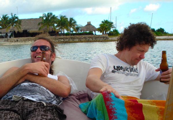 Akoestisch duo Big Bucks & Easy Money in een boot. band boeken voor een trouwerij? Live muziek met een pilsje er bij. Akoestische covers van het beste duo van de hele boot.